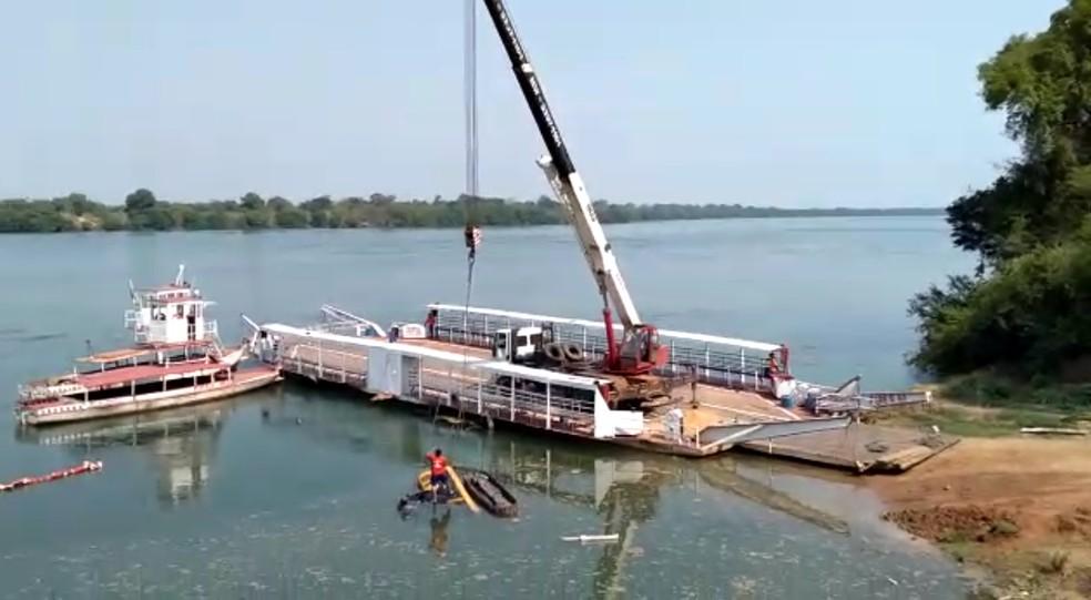 Retroescavadeira continua submersa no rio Tocantins — Foto: Divulgação