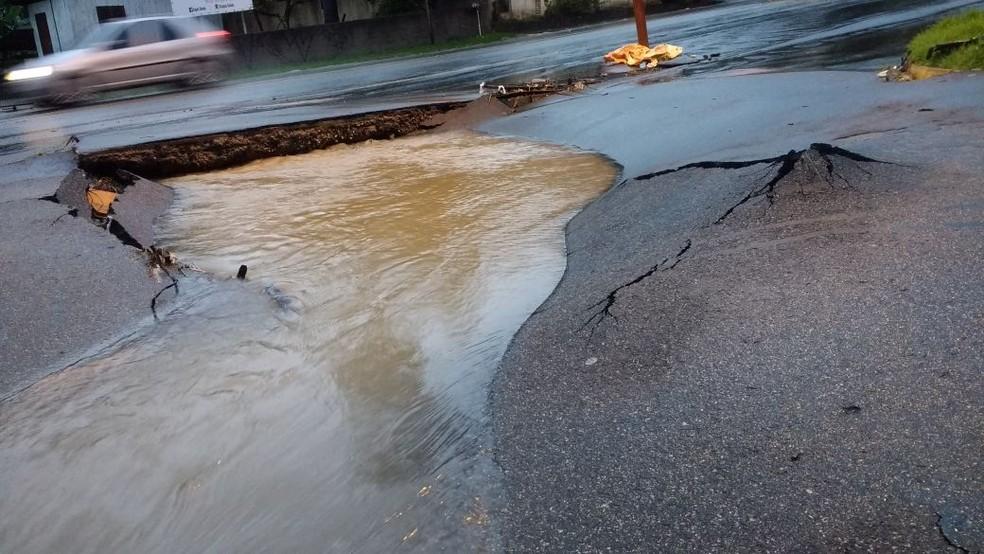 Rodovias em Florianópolis foram danificadas pela chuva  (Foto: Gregori Flauzino/NSC TV)