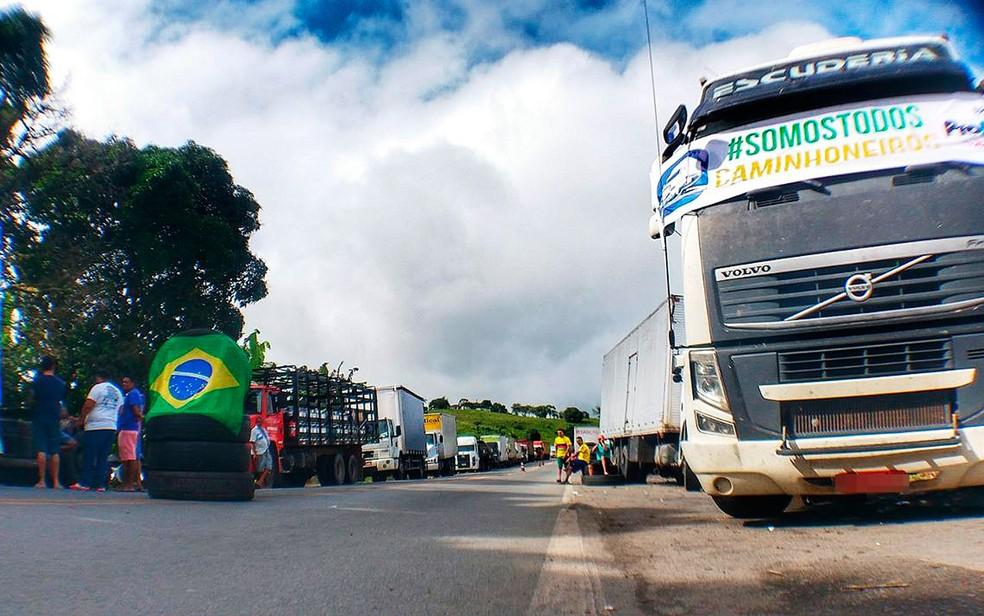 Ato de caminhoneiros no km 507 da BR-101, em Itabuna (Foto: Raphael Marques/TV Santa Cruz)