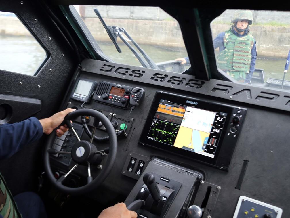 Lancha 'Mangangá', da Marinha do Brasil, tem radares, sensores e câmera infravermelho  — Foto: José Claudio Pimentel/G1