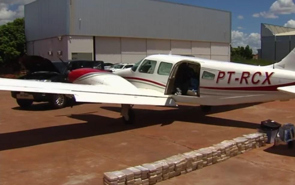 Polícias Militar e Federal prendem piloto e apreendem 150 kg de pasta base de cocaína em Goiânia  (Foto: Reprodução/TV Anhanguera)