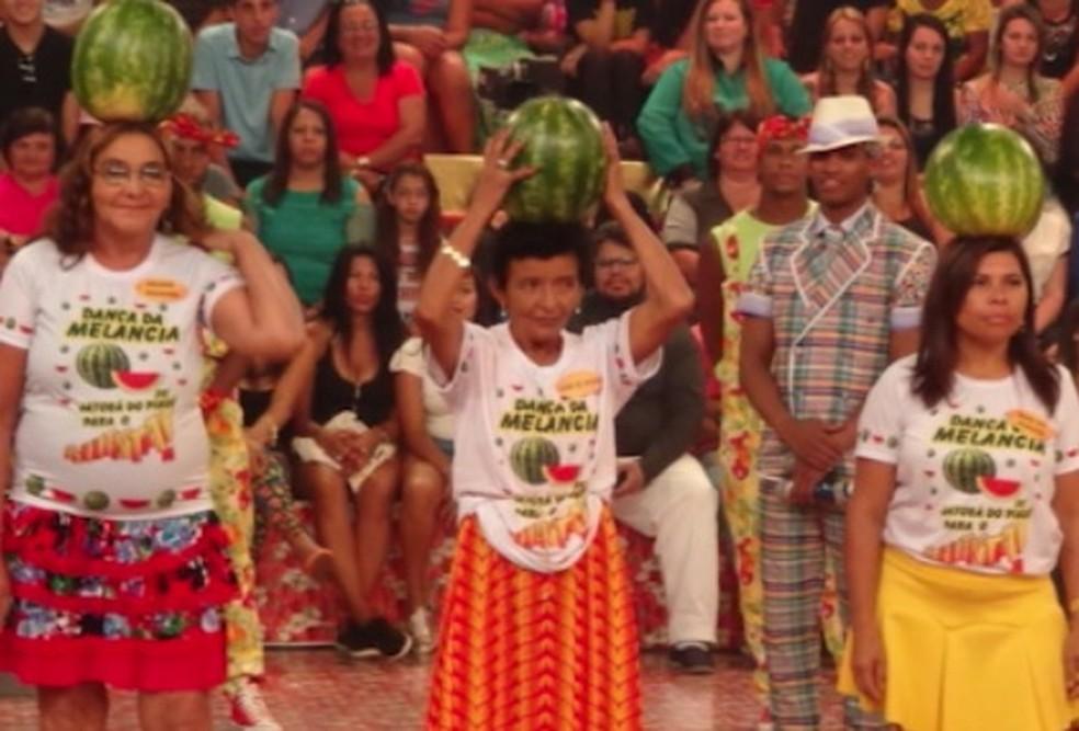 Dança da melancia equilibrada na cabeça é comemorada em Festival dedicado à fruta — Foto: TV Clube