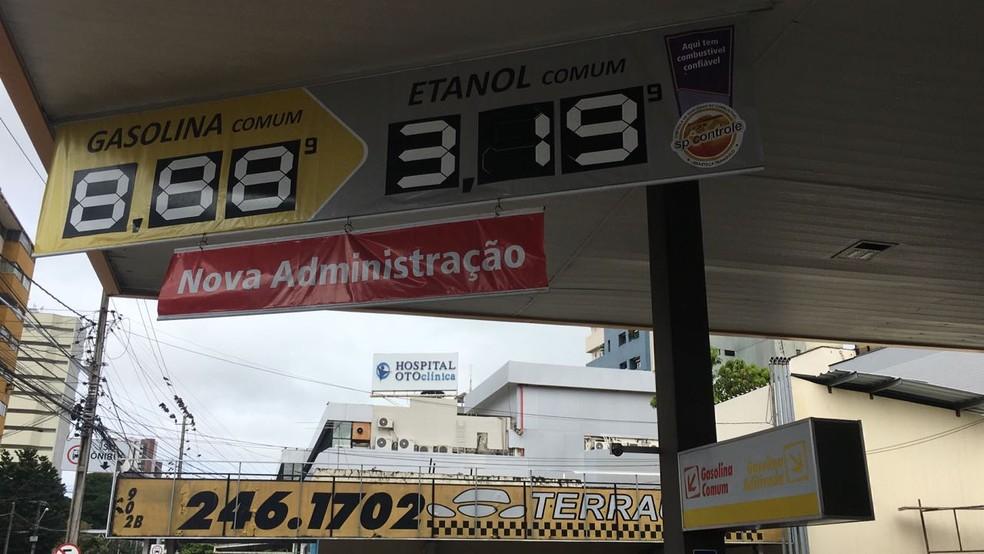Placa com preço da gasolina ainda está para reajustar (Foto: André Teixeira/G1)