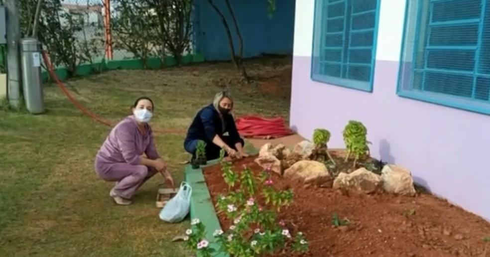 Professoras e funcionários reformam creche em Jarinu (SP) — Foto: TV TEM/Reprodução
