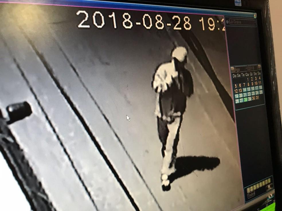 Imagens de câmera de segurança ajudaram polícia a prender suspeito de matar jovem baleado na cabeça após ter celular roubado (Foto: Divulgação)