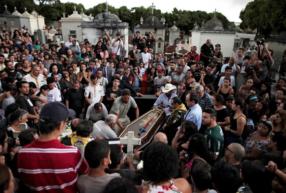 Vítimas de massacre em escola de Suzano são enterradas — Foto: Reuters/Ueslei Marcelino