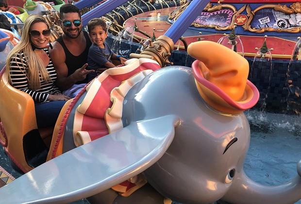 Em família, Ana De Biasi se diverte em atração do elefantinho Dumbo no Magic Kingdom (Foto: Divulgação)