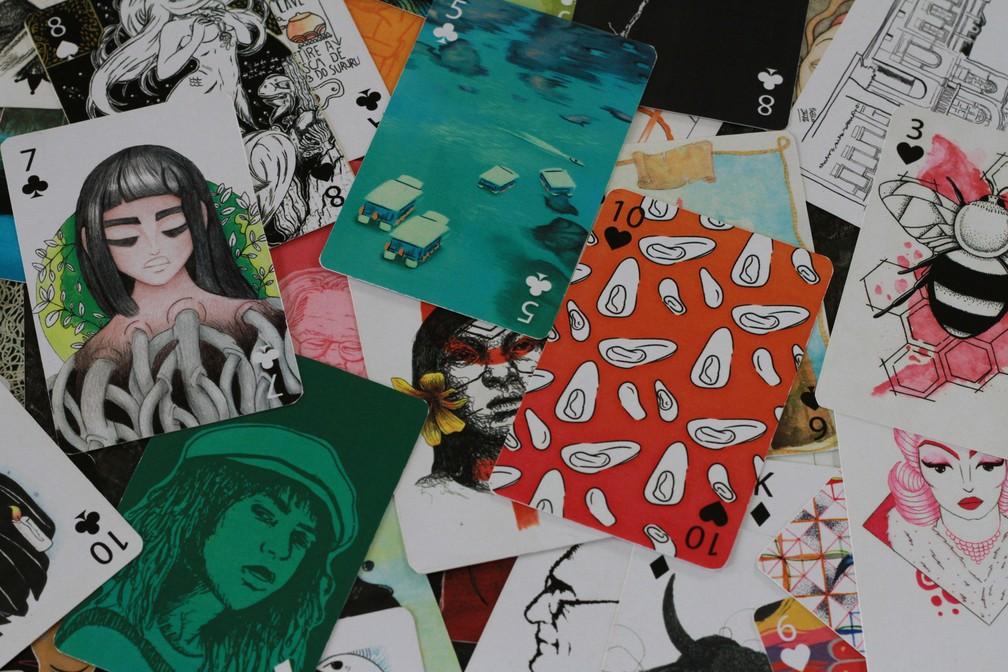 Cartas ilustradas com temáticas alagoanas atraem pela diversidade e colorido  (Foto: Waldson Costa/G1)