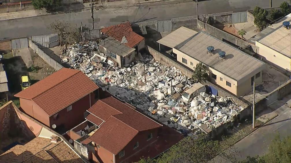 Lote lotado com lixo no bairro Alvorada — Foto: Reprodução/TV Globo