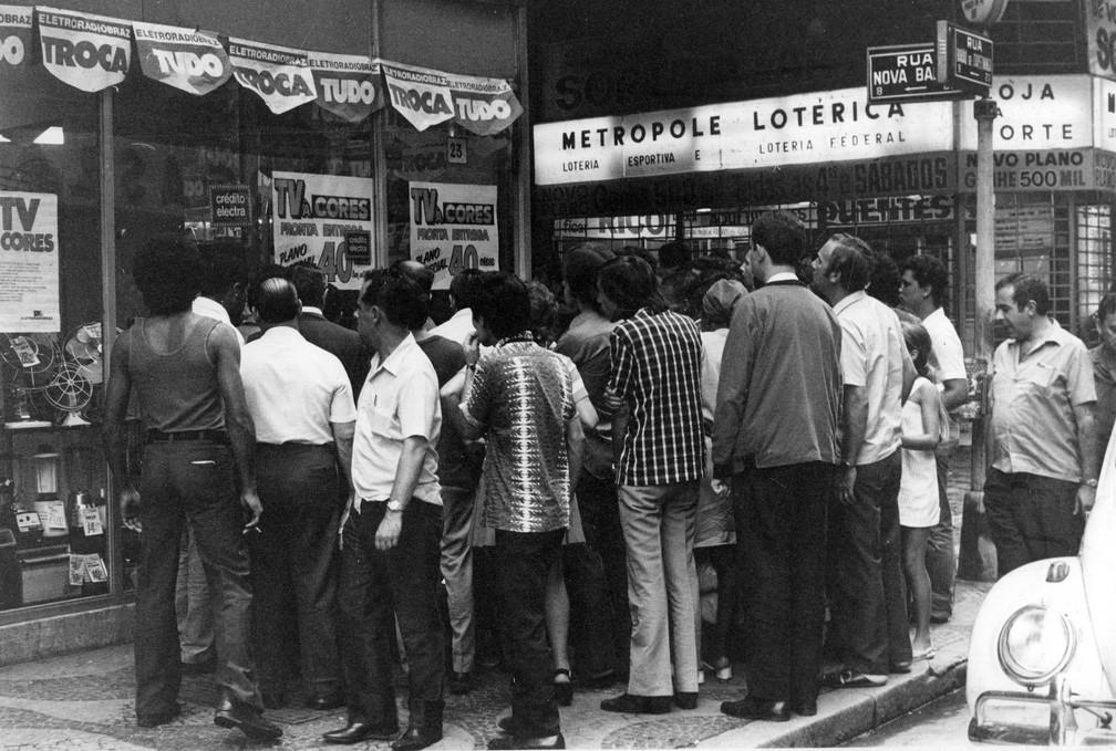 Pessoas assistem televisão a cores em vitrine de loja na região central de São Paulo, em fevereiro de 1972 — Foto: Estadão Conteúdo/Arquivo