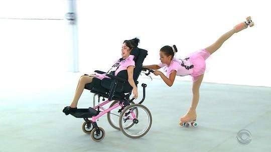 Menina cadeirante participa de aulas de patinação: 'Ela gosta muito e vibra muito', elogia professora