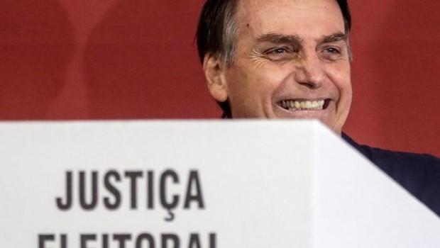 Jair Bolsonaro ao votar neste domingo; programa de governo traz poucos detalhes sobre como se dará o prometido 'sufocamento da corrupção' (Foto: EPA)