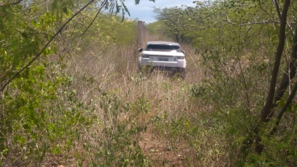 Carro do ex-marido da vítima foi encontrado abandonado em um matagal (Foto: PM/Divulgação)