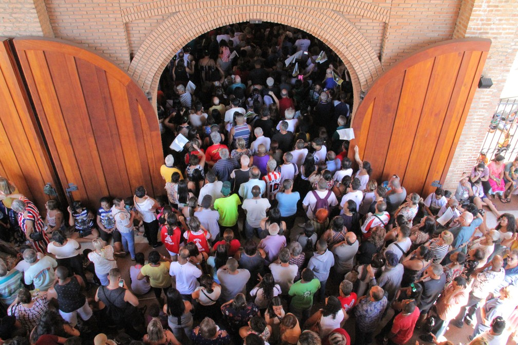 Além de lotar os bancos durante a missa, público se aglomerou nas entradas do Santuário Nacional de Aparecida no 12 de outubro em 2019 — Foto: Carlos Santos/ G1
