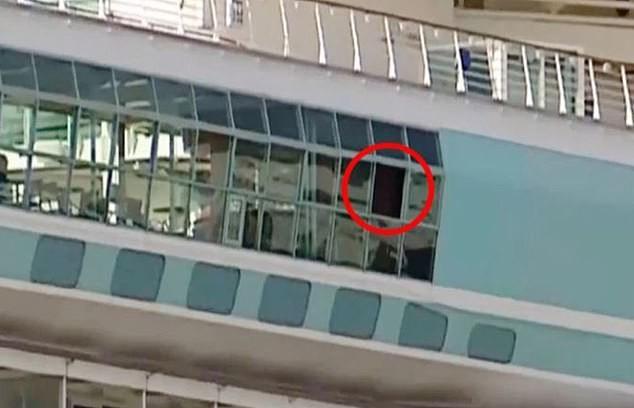 Informações de jornais locais apontam que a menina caiu de uma janela como essa, localizada no deck da piscina (Foto: Reprodução)
