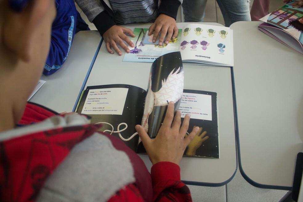 Alunos da UFPR criam livros para crianças cegas e surdas de Curitiba (Foto: Vanessa Diamante/Arquivo pessoal)