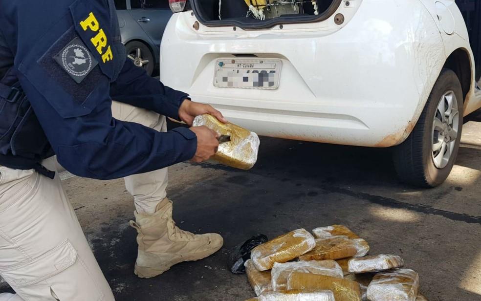 Casal é preso com 15 kg de crack em carro na BR-116 — Foto: Divulgação/PRF-BA