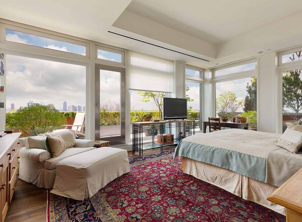 O quarto principal tem um ar aconchegante e, ao mesmo tempo, elegante (Foto: Douglas Elliman/ Reprodução)