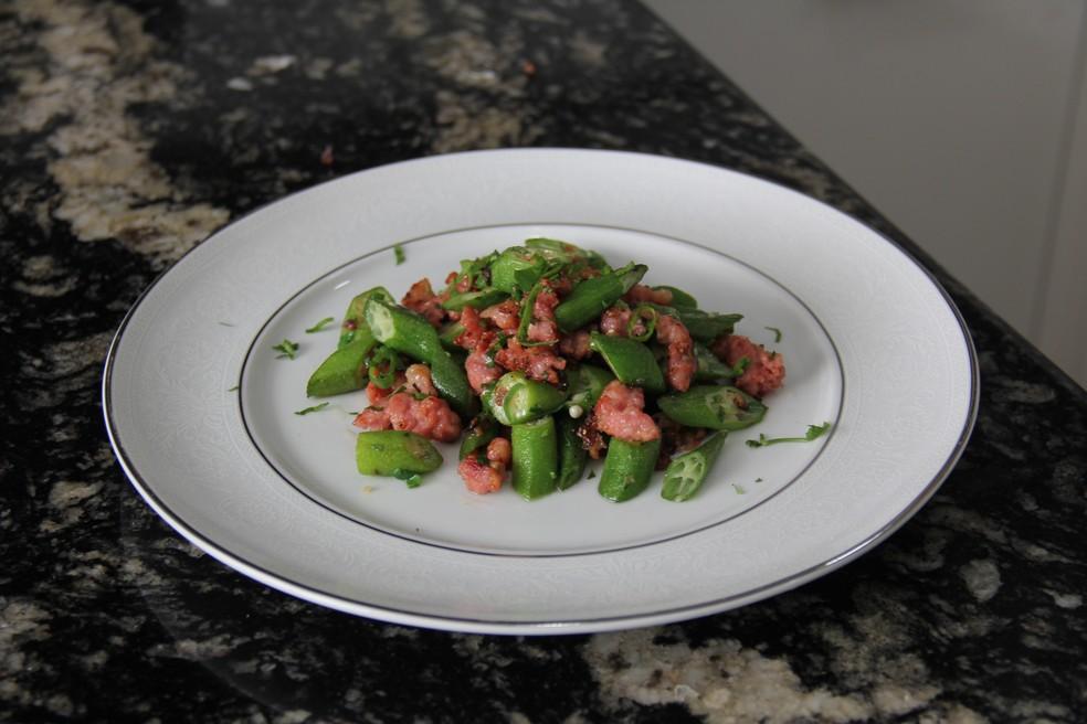 Quiabo com linguiça feito pela chef de cozinha Paula Parames — Foto: Paula Parames
