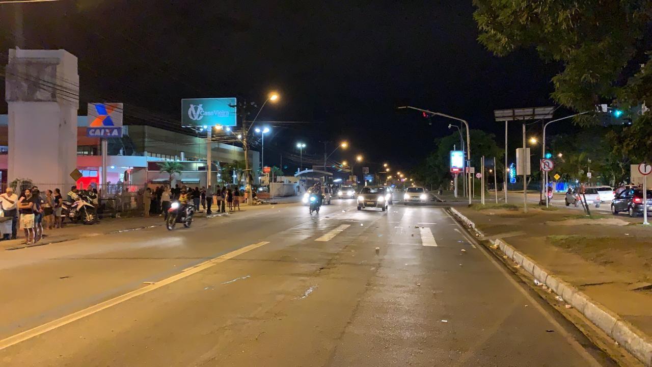 Após horas de protesto, moradores de bairros com rachaduras liberam a Av. Fernandes Lima, em  Maceió  - Notícias - Plantão Diário