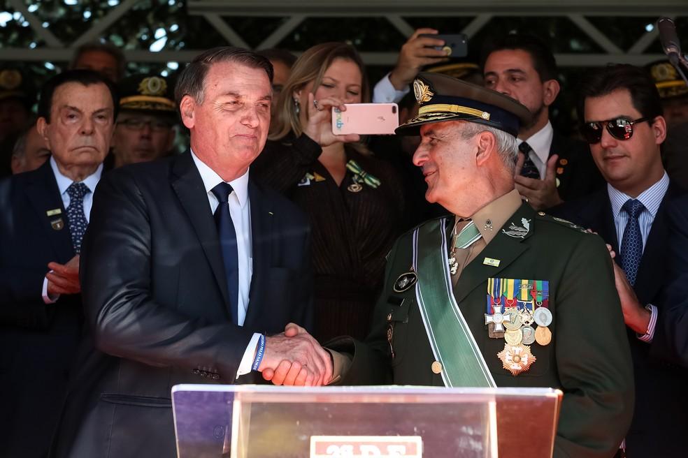O presidente Jair Bolsonaro cumprimenta o general Luiz Eduardo Ramos, em abril, em solenidade do Dia do Exército, em São Paulo — Foto: Marcos Corrêa/Presidência da República