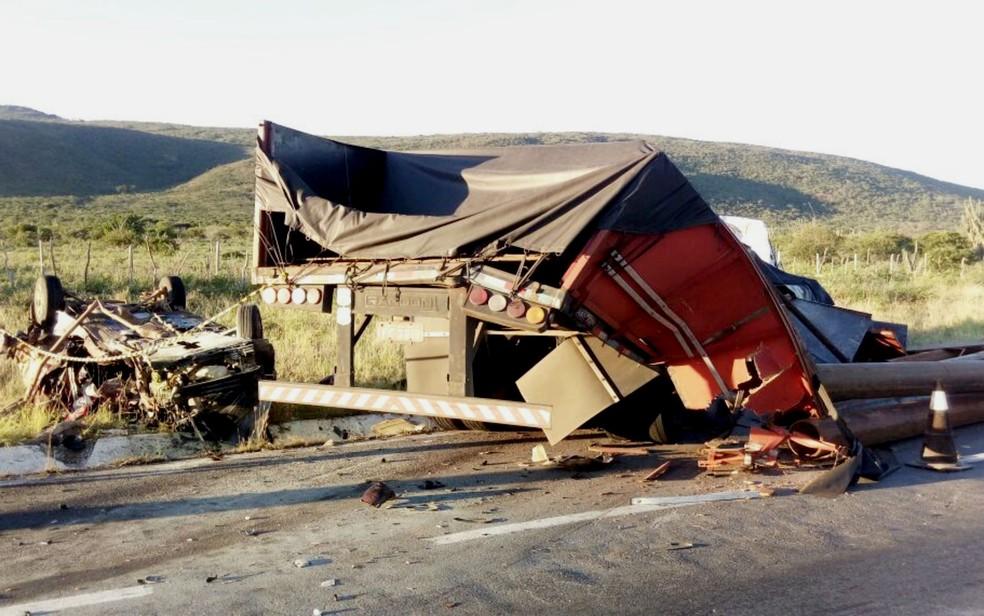 Carro ficou destruído por conta do impacto e carga do caminhão se espalhou pela BR-116, na altura da cidade de Santa Terezinha (Foto: Site Bahia 10)
