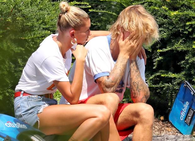 Justin Bieber é consolado pela noiva, Hailey Baldwin (Foto: Grosby Group)