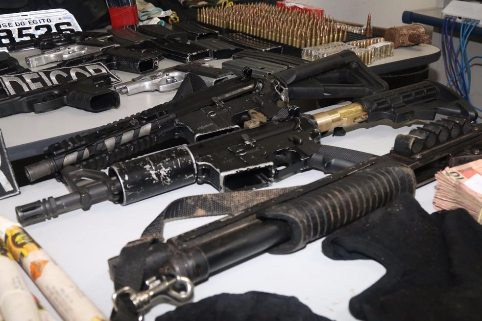 Várias armas e munições também foram apreendidas pela polícia na operação da Deicor (Foto: Divulgação/Polícia Civil)