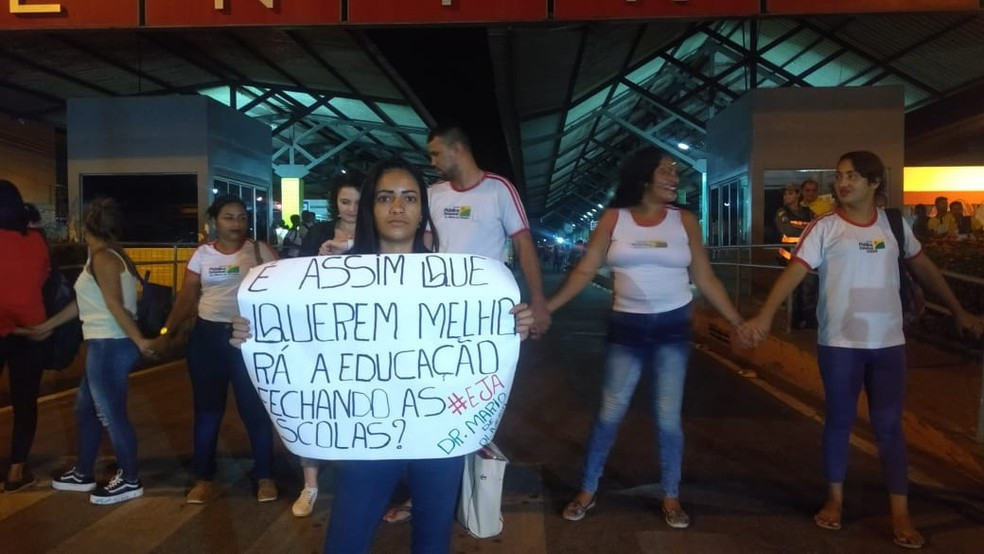 Alunos levaram cartazes questionando o fechamento de escolas em Rio Branco — Foto: Tálita Sabrina/Rede Amazônica Acre