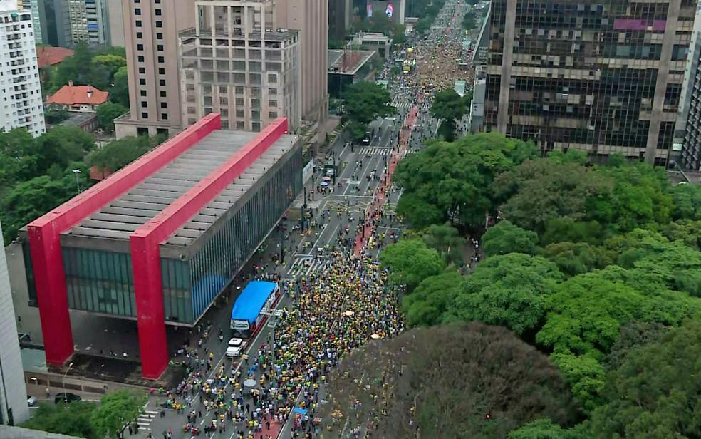SÃO PAULO, 18h00: Manifestantes fazem ato na Avenida Paulista em frente ao Masp e em frente à Fiesp — Foto: GloboNews/Reprodução