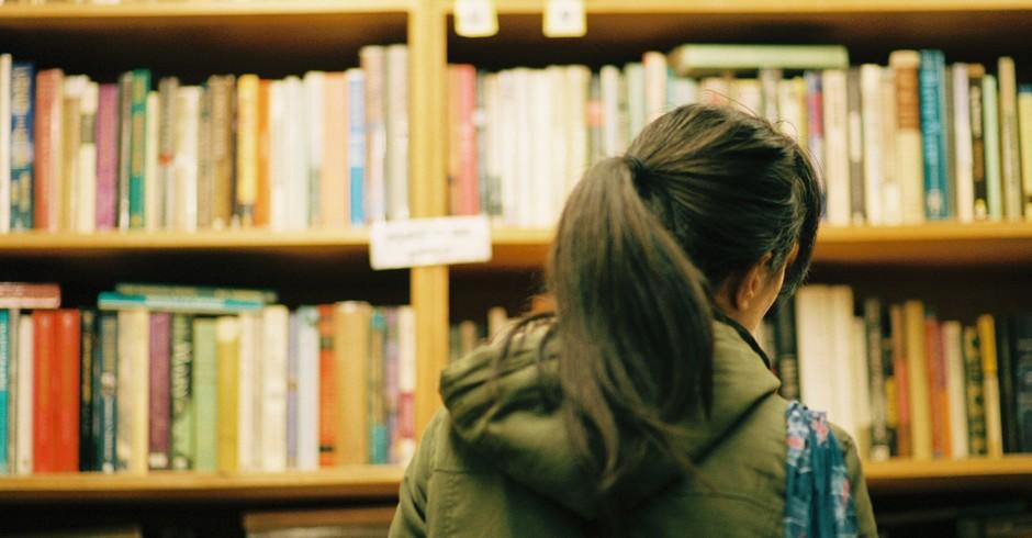 livraria; mulher; conhecimento (Foto: Chase Elliott Clark/ Flickr)
