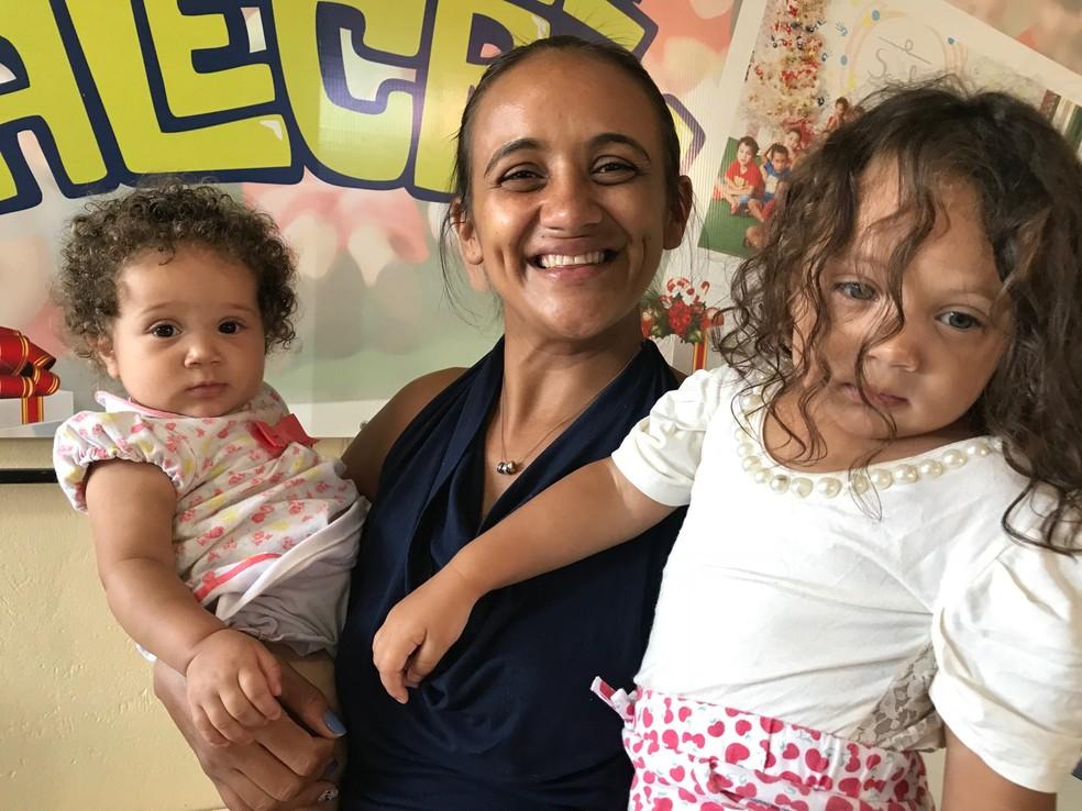 Maria de Jesus e as filhas, na creche Alecrim (Foto: Marília Marques/G1)