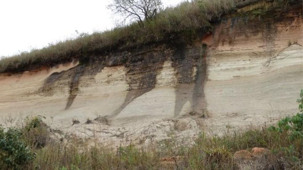 Aquíferos são como esponjas gigantes em que a água ocupa os insterstícios das rochas; em algumas partes, há afloramento. (Foto: Rodrigo Sanches Rodrigues)
