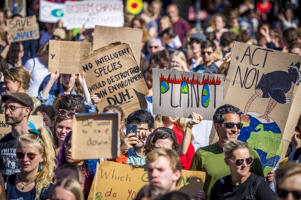 Manifestantes se reúnem em protesto em Maastricht, na Holanda, durante greve global pelo clima nesta sexta (20). — Foto: Marcel van Hoorn /ANP/AFP