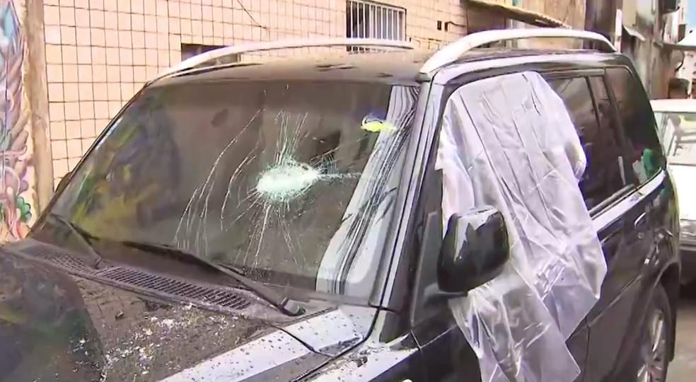 Muitos carros tiveram os vidros quebrados — Foto: Reprodução/TV Bahia