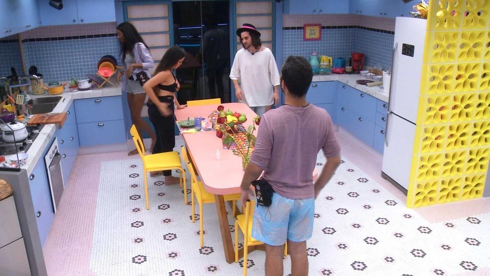 Gilberto promete pular sem roupa na piscina caso volte do Paredão e pede a Fiuk que faça o mesmo — Foto: Globo
