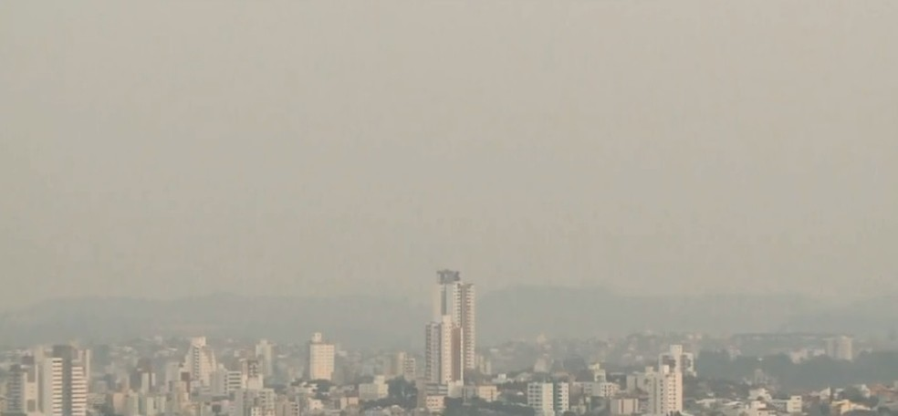 Fumaça deixou a cidade de Chapecó cinzenta nesta terça e quarta-feira — Foto: Reprodução/ NSC TV