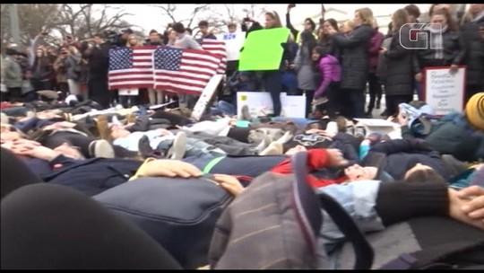 Estudantes se deitam em frente à Casa Branca para pedir controle de armas