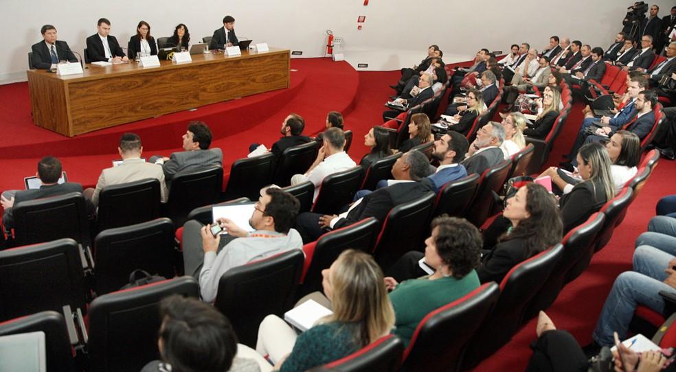 Representantes de partidos políticos participam na sede do TSE, em Brasília, de reunião sobre registro de candidaturas (Foto: Nelson Jr./Ascom/TSE)
