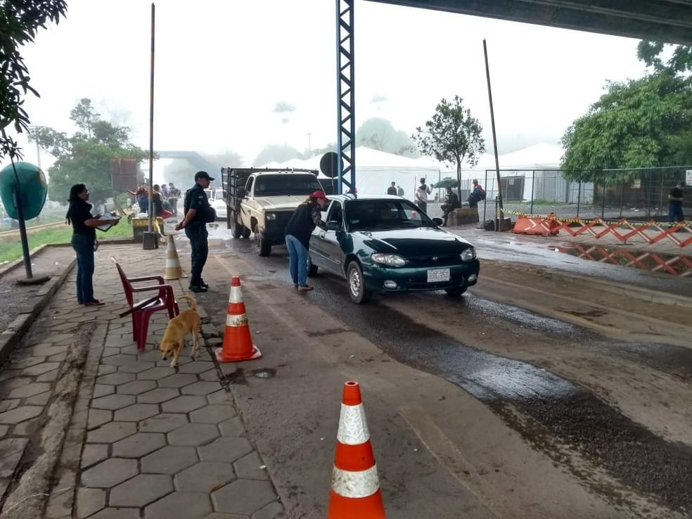 Veículos passam por fiscalização ao entrar no Brasil — Foto: Jackson Félix/G1 RR