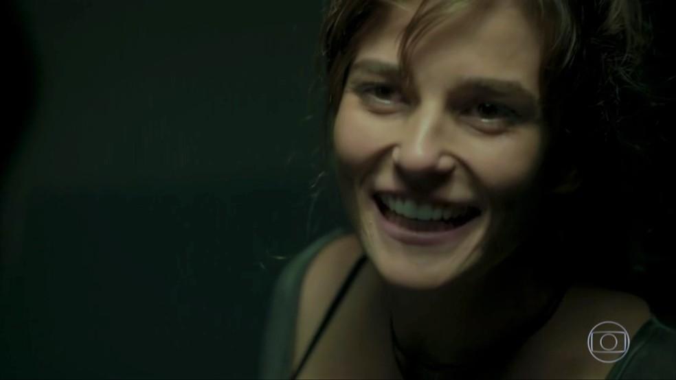 Sofia (Priscila Steinman) sorri e conta como forjou a própria morte — Foto: TV Globo