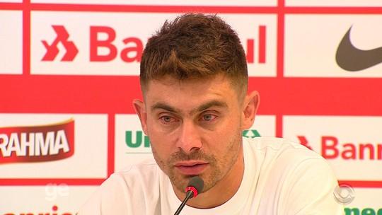 """Alex faz pronunciamento e chora em despedida do Inter: """"Dia triste"""""""