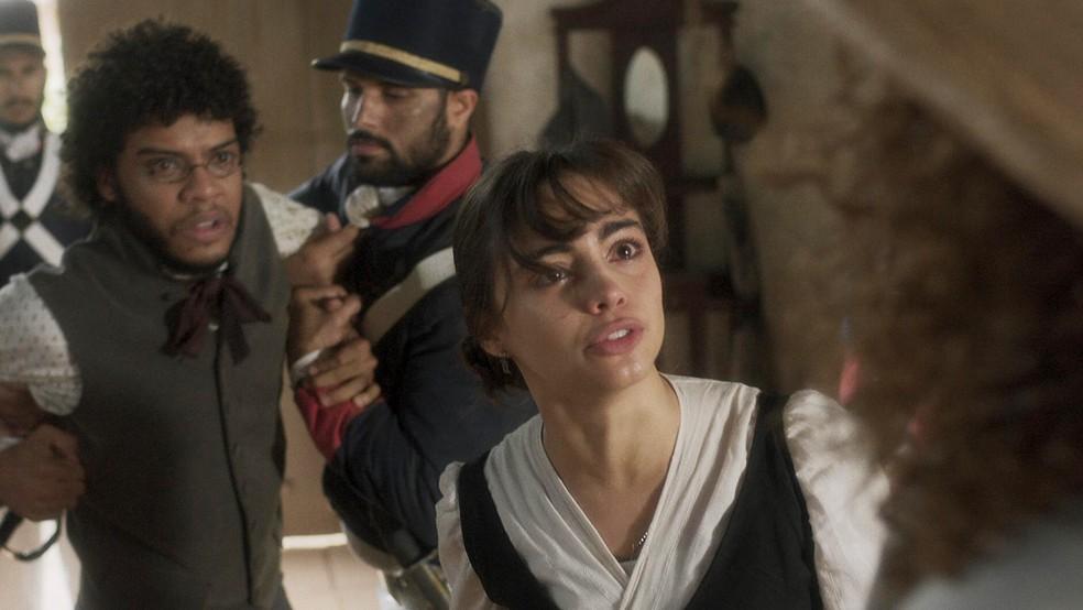 Cecília (Isabella Dragão) implora a Sebastião (Roberto Cordovani) para libertar Libério (Felipe Silcler), em 'Novo Mundo' — Foto: TV Globo