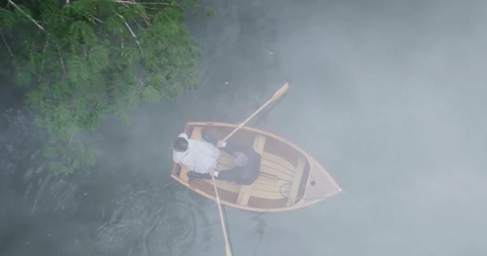 Os dois saem de barco, mesmo com o tempo ruim (Foto: TV Globo)