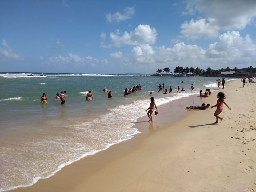 Banhistas na praia de Sibaúma, no Rio Grande do Norte  (Foto: Lucas Cortez )