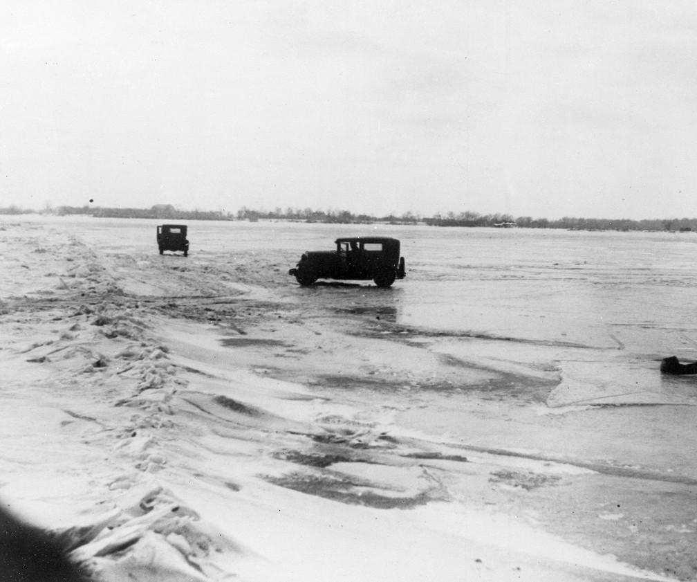 Grandes quantidades de cerveja e uísque canadenses são transportados em carros de  Amherstburg, Ontário, através do leito congelado do rio Detroit, até o lado de Michigan na fronteira internacional, em foto de 14 de fevereiro de 1930 — Foto: AP Photo, File