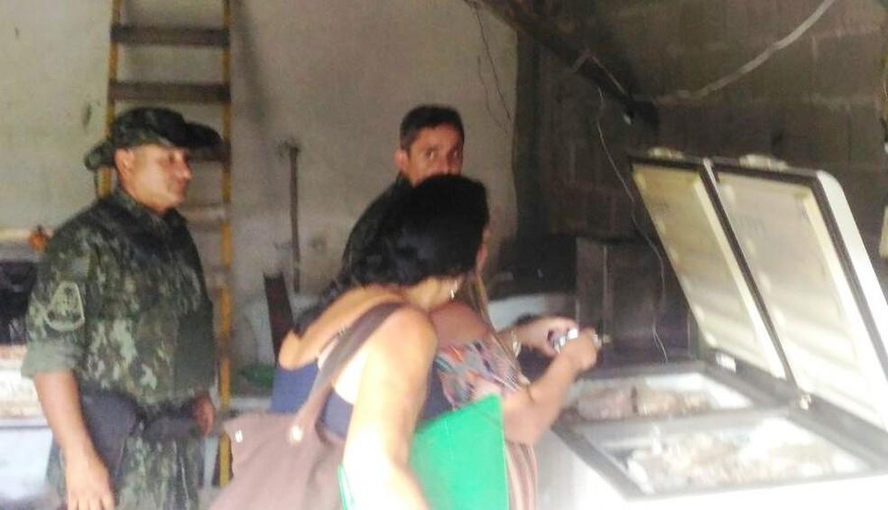 Fiscais da vigilância sanitária constataram que carne estava estragada em freezer (Foto: Divulgação/Polícia Militar Ambiental)