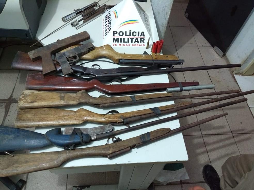 Armas eram fabricadas em um galpão na casa do suspeito (Foto: Polícia Militar/Divulgação)