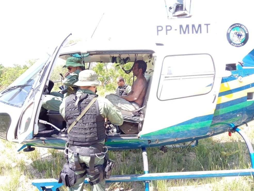 Homem foi resgatado de helicóptero após ficar perdido por 6 dias em mata em Cuiabá — Foto: Corpo de Bombeiros de Mato Grosso/Divulgação
