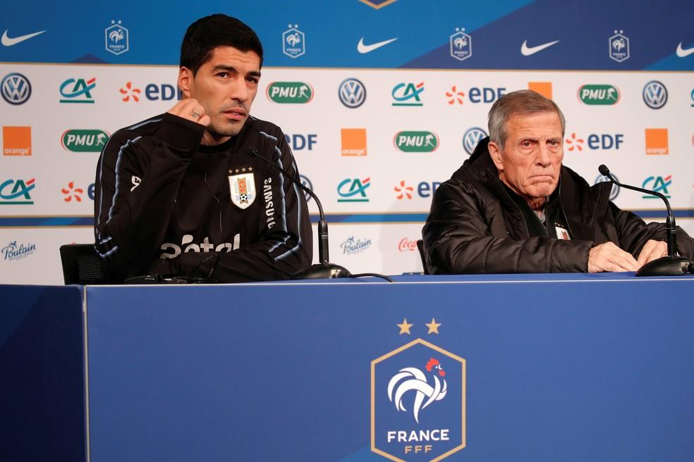 Oscar Tabarez e Luis Suarez em entrevista coletiva nesta segunda-feira — Foto: Reuters
